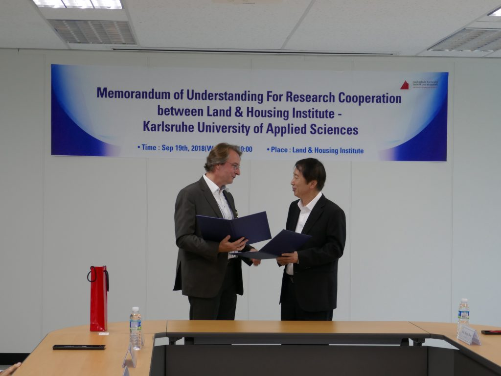 Prof. Jan Riel from Karlsruhe University of Applied Sciences and LH-I President Kyung-Hwan Sohn after signature of Memorandum of Understanding